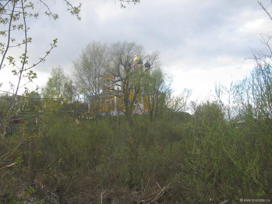 Внизу у подножия горы бьёт Никольский родник, у которого, по преданию, несколько раз являлся сам Николай Чудотворец