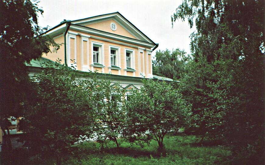 """Дом Лидии Кашиной, которую считают прообразом Анны Снегиной. В 1918 г. Есенин не позволил односельчанам его сжечь. Теперь в """"доме с мезонином"""" размещается музей Есенина."""