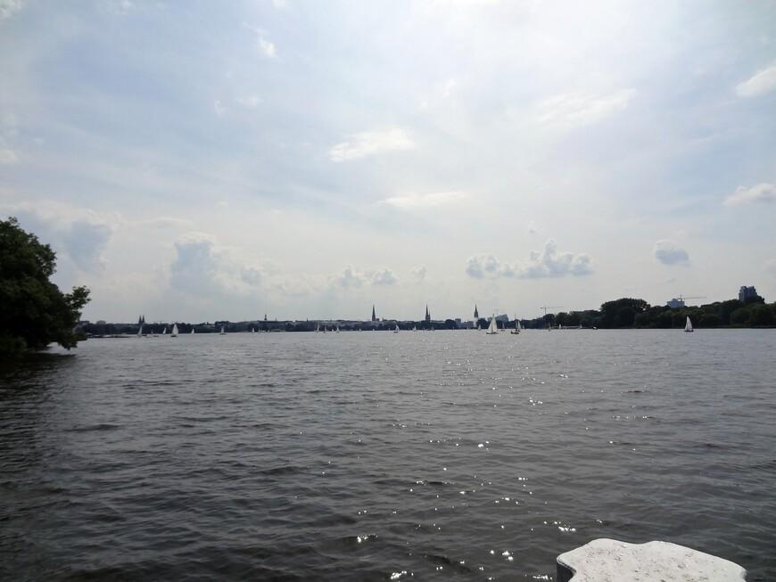 Озеро Альстер-любовь и гордость жителей города. Создано искусственно в 1190 году  в русле реки Альстер, притока Эльбы, площадь 164га