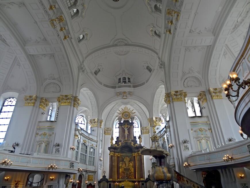 В церкви Архангела Михаила  установлены 4 органа