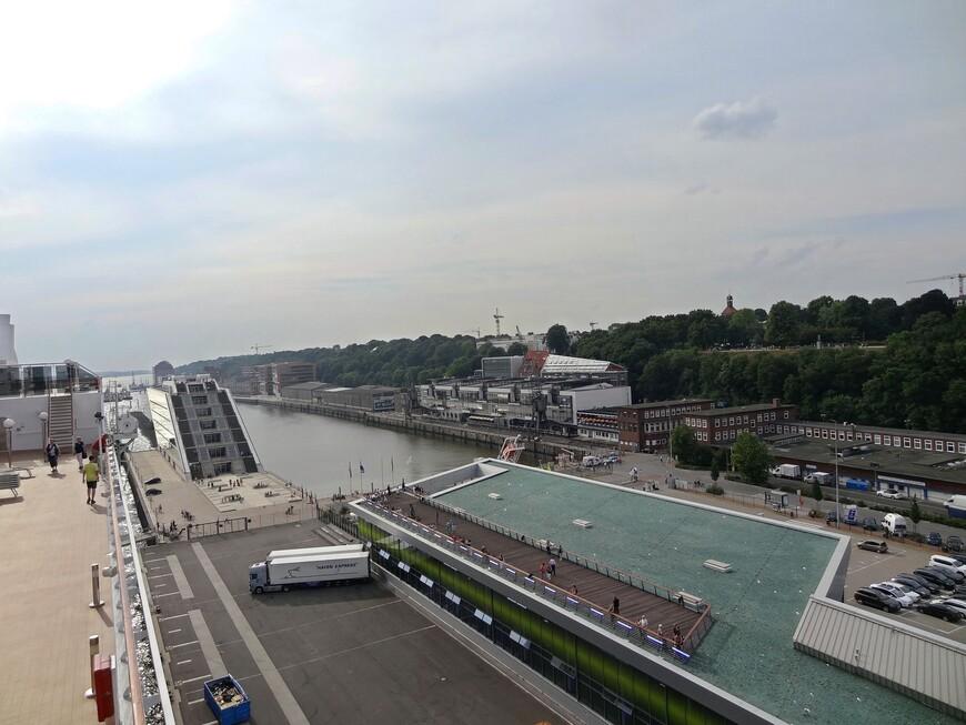 Порт Гамбурга основан в 1189 году, 7 мая празднуется День рождения порта. Порт занимает 10 часть города, имеет 300 причалов