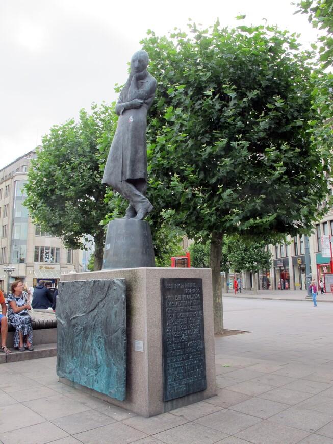 Памятник Гейне на площади перед Ратушей