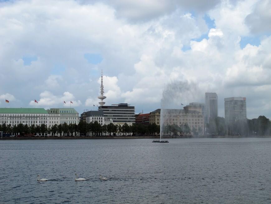 Озеро Альстер делится на Внутренний Альстер  и Внешний Альстер. Внутренний Альстер имеет площадь 18 га и фонтан 60м высотой