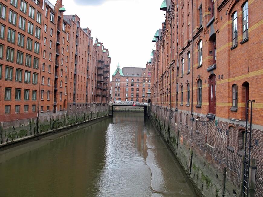 Портовые склады Шпайхерштадта, построены  в 1927 году, фундаментом служат дубовые бревна. Протяженность складов 1,5 км