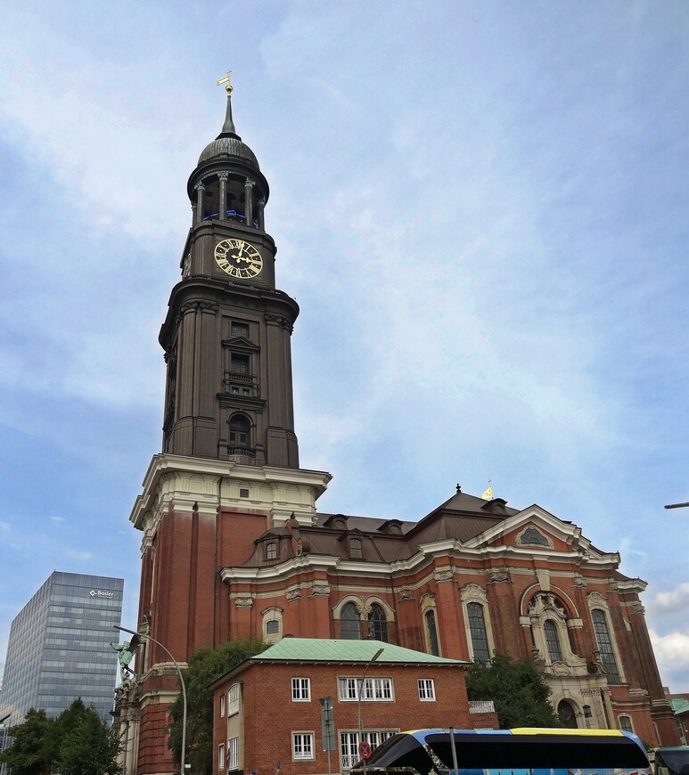 Церковь Архангела  Михаила.Сгорала два раза и была снова отстроена. Башня 132 м высотой, часы 8метров- самые большие в Германии.