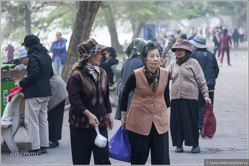 Особенно много на берегу мы увидели бабулек. Чем же мне запомнились вьетнамские пожилые женщины?. Они все какие-то худенькие, маленькие. И что очень немаловажно - всегда бодрые и улыбающиеся. Согласитесь, это хорошее качество. Видимо, они довольны своим образом жизни. Или просто не желают слишком многого, чем так озабочены жители западного мира...