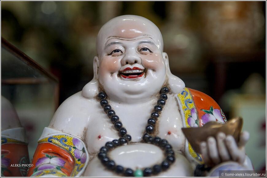 """Хотей, фигурки которого можно увидеть в сувенирных лавочках рядом с озером - тоже подтверждение мысли о том, что надо испытывать удовольствие от жизни. Мне очень нравится буддизм своей философией добра. За это и люблю Юго-Восточную Азию.  Хотей - согласно фен шуй - бог благополучия и веселья. Его второе имя - """"смеющийся Будда""""."""