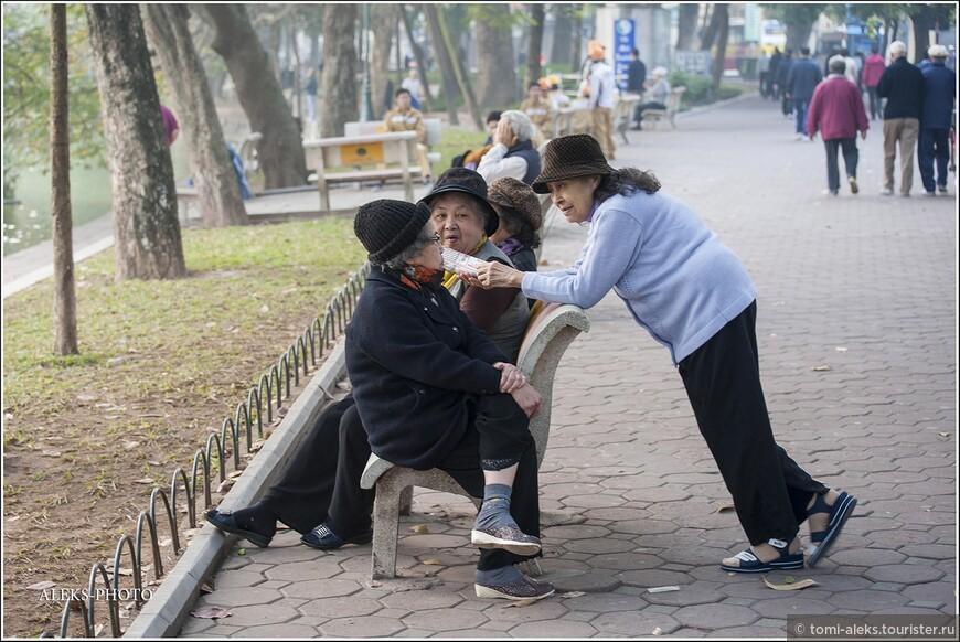 Интересно, что, как и в Пекине, где мы тоже побывали, жители Ханоя очень любят танцы. Причем, танцы для вьетнамских старичков - это не только путь к положительным эмоциям,но и к оздоровлению. Может, в этом секрет их долголетия? Многие движения оздоровительных танцев вьетнамцы позаимствовали у животных.