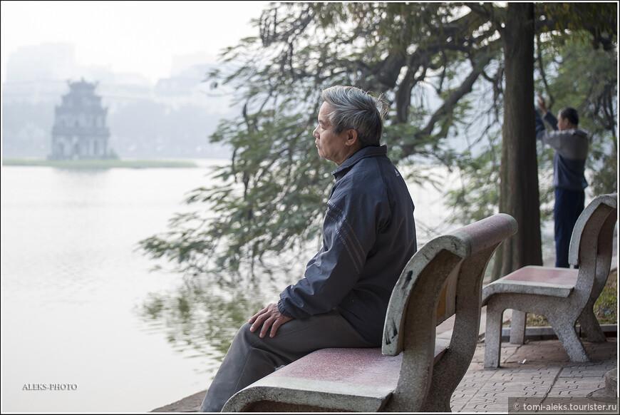 Выйдя рано утром к озеру Хоан Кием, которое мы уже неоднократно упоминали и с которым неразрывно связана жизнь туристического Ханоя, мы увидели благостную картину. В утренней туманной дымке множество пожилых и молодых жителей города занимались зарядкой и бегом.