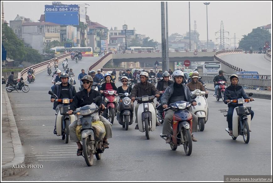 Теперь поговорим о мото-хаосе Ханоя. Большинство ханойцев перемещается именно на мото-байках. Этот вид транспорта для маленьких вьетов - самый выгодный.