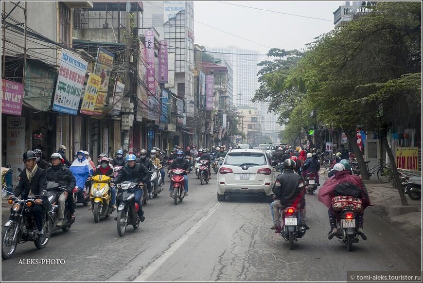 Декабрь и январь на севере страны считаются холодными месяцами, к тому же в Ханое часто в это время идет дождь. Поэтому утепляются седоки, кто как может. Классические вьетнамские маски на лицо, как мне кажется, тоже — один из элементов утепления. Нам частенько попадались в толпе хлюпающие носами. А маска — и от выхлопных газов защищает и от холодного воздуха заодно.
