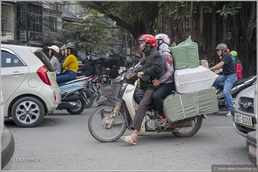 Порой кажется, что вьетнамцы живут на своих мотоциклах. При их маленьком росте они умудряются создать дорожный уют на своем байке. По правилам в городах Вьетнама можно ездить со скоростью не более 40 км/час. Насколько мне удалось узнать — за превышение скорости штраф в городе от 500 тысяч до 3 млн донгов (примерно от 1400 до 8400 руб).