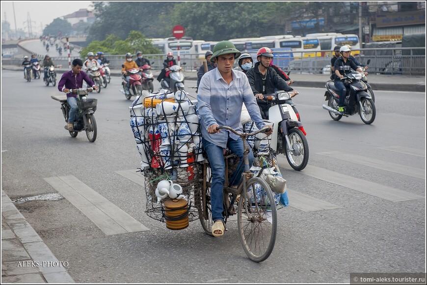 О велосипедах вьетнамцы тоже не забывают. Но их на улицах можно увидеть гораздо реже. Они больше подходят для локальных поездок внутри района. Порой на двухколесном транспорте может разместиться целый магазин фарфора. Опасная все-таки штука, особенно если тормозить и останавливаться...