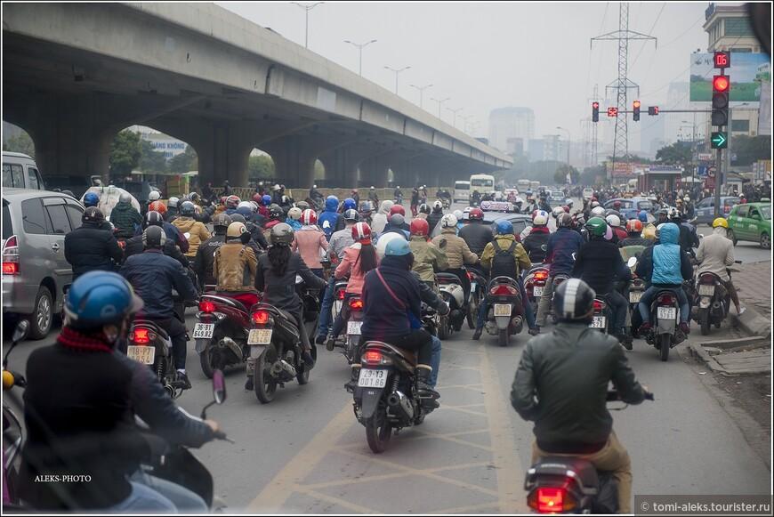 В часы пик картина ужесточается. От масок и касок - рябит в глазах. Мотоциклисты едут сплошной лавиной. При этом они могут, лавируя, обгонять друг друга. Мы несколько раз возвращались из разных отдаленных от города мест на мотоциклах, сидя на заднем сидении. Аттракцион, прямо скажем, интересный. Если учесть, что водитель мотоцикла все время ведет мотоцикл зигзагами направо и налево, словно извивающуюся змею. Главное при этом — хорошо держаться,чтобы не слететь.