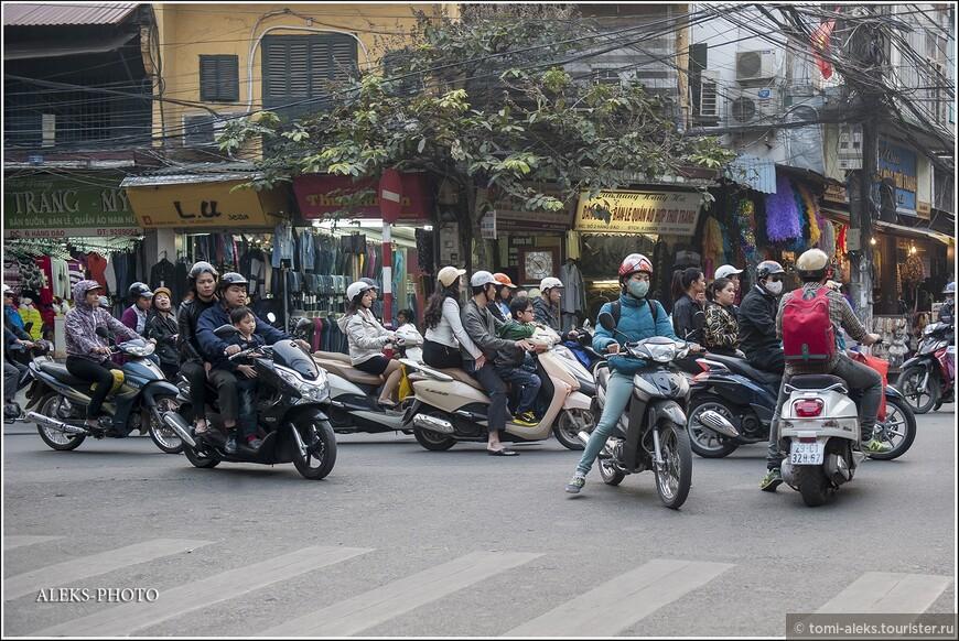 Ездить по трое — спокойно. Так они везут детей откуда-нибудь из школы-сада и сами едут с работы. И мотоциклы - все крутые. Для нас все-таки очень непривычно все время пользоваться мотоциклами для перемещения. Когда мы ехали на автобусе в Сапу из Ханоя, не успели купить в дорогу немного фруктов. Местный извозчик тут же предложил сгонять вместе со мной а ближайший рынок и убеждал, что это совсем не проблема. Но я никогда не гонял вот так за фруктами в мегаполисе, где движение ого-го себе. Конечно, отказался воспользоваться таким такси. А у них мотоциклы — это тоже такси.