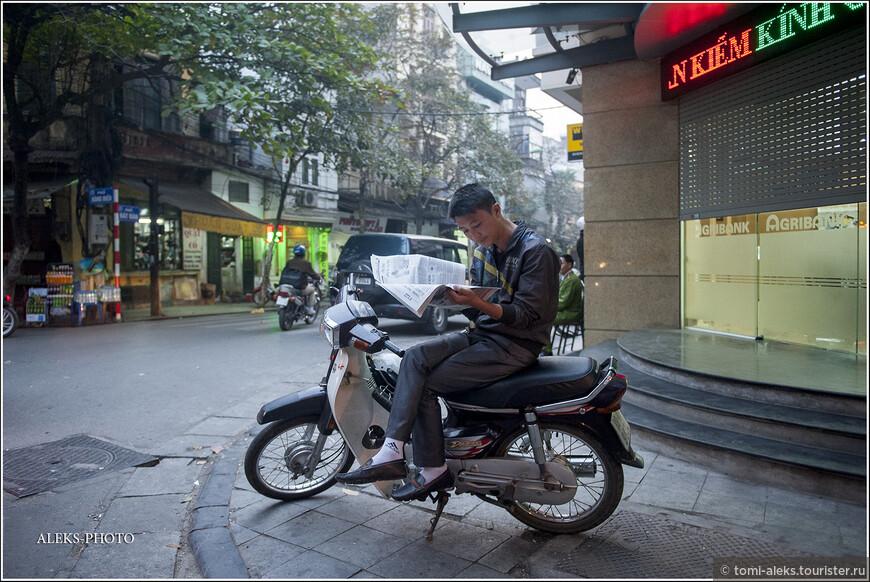 Я уже упоминал про комфортность мото байков для вьетнамцев. Они умудряются на них даже читать газеты. В общем, эти машины неразрывно связаны с их жизнью... Если постараться,можно подкараулить кадры,как вьеты едут на мотоциклах вместе с собаками.У меня такой кадр есть только из Таиланда. И собакам тоже очень комфортно на мотоциклах.