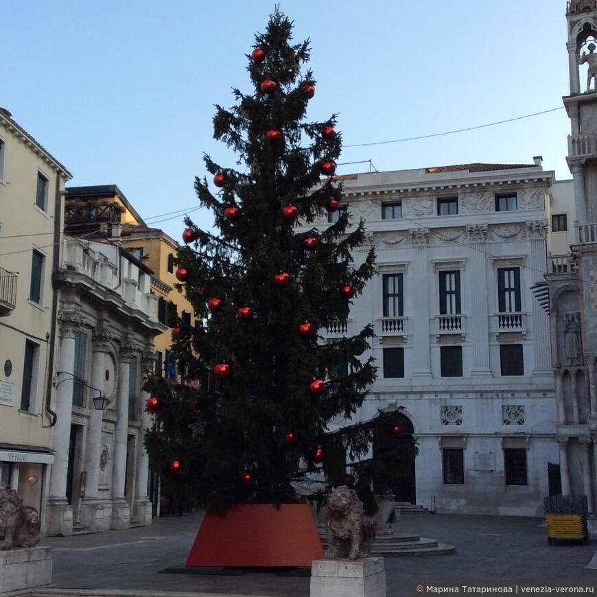 Новогодняя елка в Венеции рядом с собором Святого Марка. Надеюсь, что ночью это более красивое зрелище. Декабрь 2016.