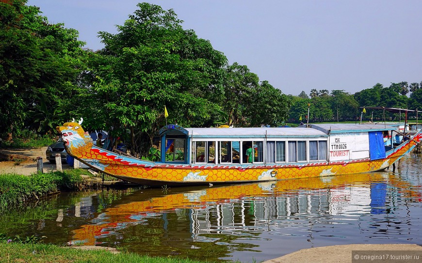 Лодка - почти дом для вьетнамской семьи, катающей туристов по реке. Бизнес явно семейный, работа находится для всех возрастов.
