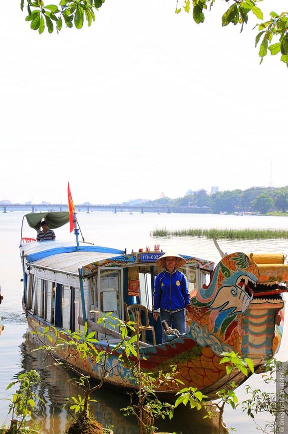 Лодки с номерами. Вьетнамцы реку рассматривают, как оживленную магистраль, по которой можно быстро и удобно перебраться не только с берега на берег, но и из пункта А в пункт Б, избегая смога и городских пробок. Парень нам предлагал переправу, быстро, удобно и очень недорого.