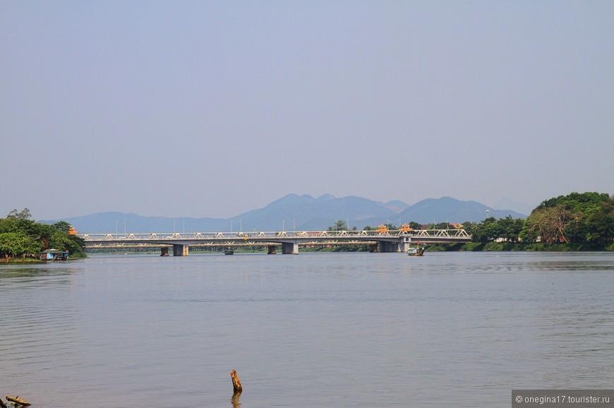 Под мостом мне ехать понравилось намного больше, чем по самому мосту. В климате Вьетнама река - настоящий подарок.