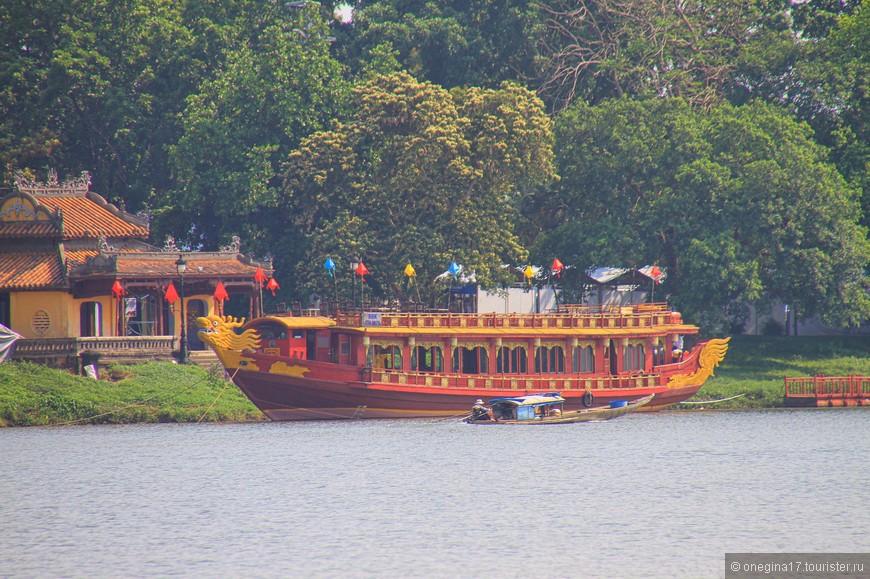Лодки есть разные. Для туристов - самые красочные и нарядные. Для работы - совсем скромные, очень маленькие и нагруженные так, что вот-вот черпнут бортом воду и пойдут ко дну. Ну а есть совсем грандиозные, для чего они я так и не смогла разузнать.
