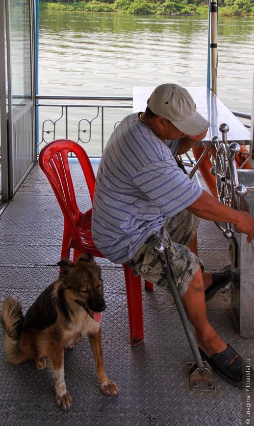 Собака живет в лодке, чувствует свое хозяйское превосходство, но к туристам очень дружелюбна и даже не выпрашивает вкусненького чего.