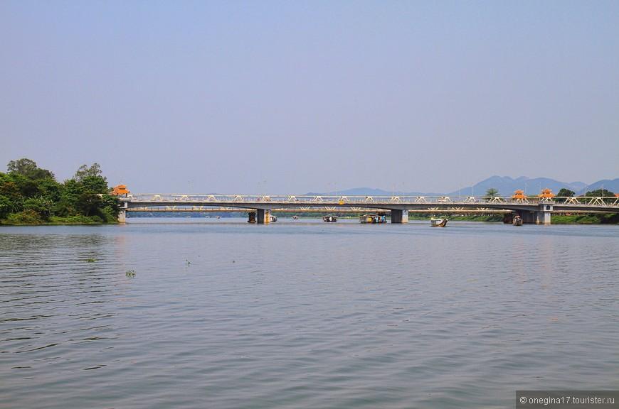 По-вьетнамски Ароматная река называется Хыонг. Еще ее называют Парфюмерная река, но это звучит совсем уж как-то несуразно, на мой взгляд.