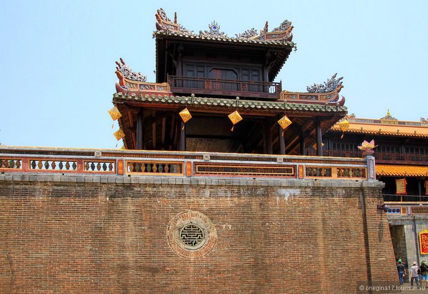 Императорская ложа над главным входом. Далеко видел!