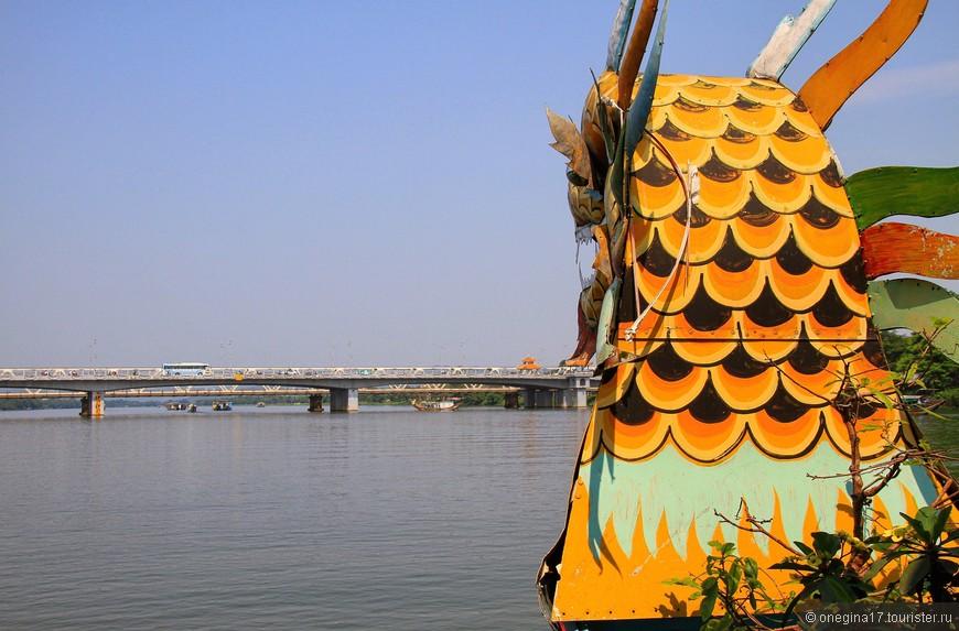 На реке очень интенсивное движение. Утром туристических лодок было великое изобилие. К вечеру реку заполнили маленькие и чумазые трудяги с грузами.
