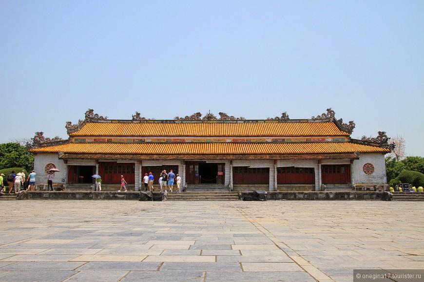 Крыша традиционно украшена резными драконами и тиграми.