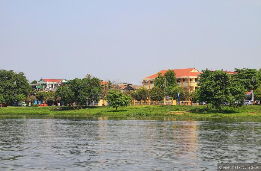 На берегах можно встретить и роскошные дома, и скромные лачуги.