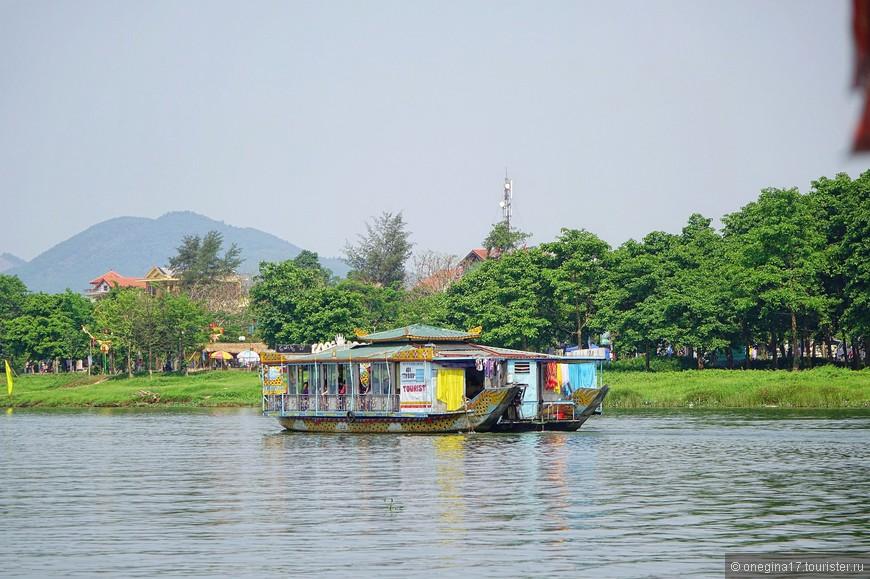 Несмотря на туристов на борту, на некоторых лодках сушилось бельишко, а на корме готовился немудрящий обед. Бизнес - бизнесом, а обед по расписанию.
