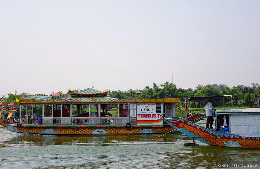 Наш маршрут заканчивался у Пагоды. А я так мечтала посмотреть на закат, которым так славится Ароматная река!