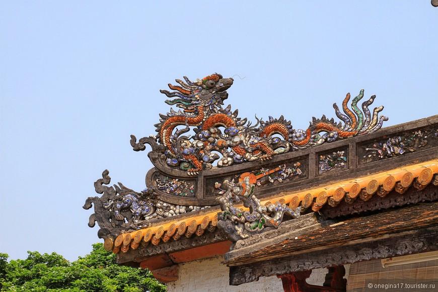 Фрагменты декора крыши. Драконы мне очень понравились и на китайских действительно похожи.