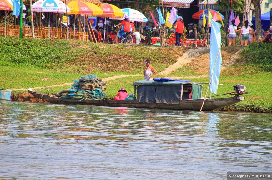 На берегах Ароматной реки разворачивал флаги какой-то фестиваль. Да не один! Очень активный народ живет во Вьетнаме.