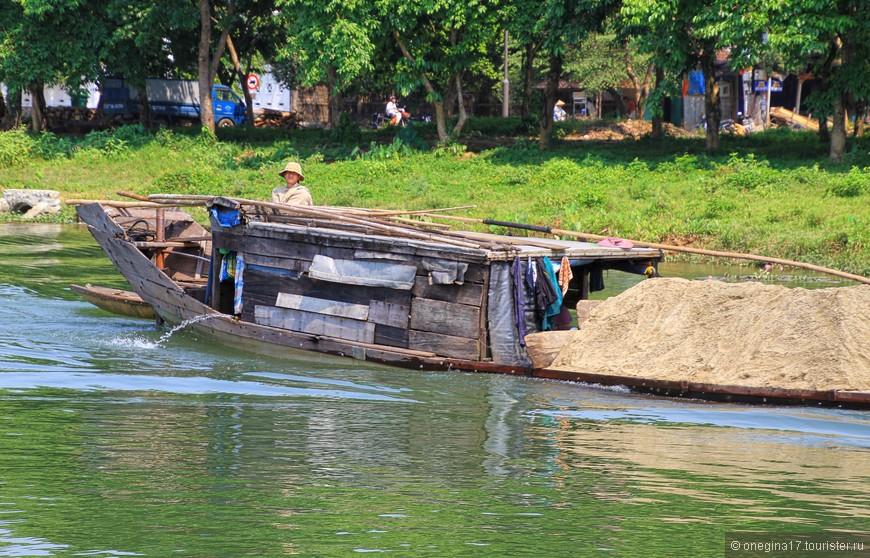 Лодка-трудяга, нагруженная песком.