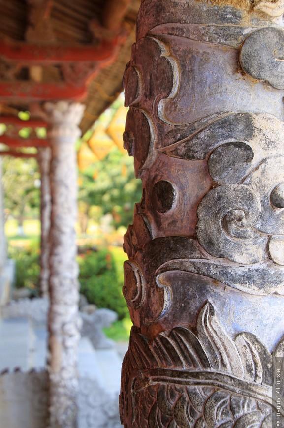 Колонны украшены резьбой. Насколько все это древнее, не узнаешь, тайну вьетнамцы хранят свято.