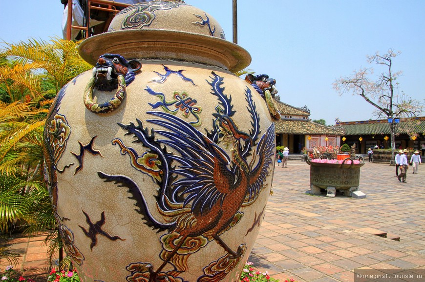 Клумбы украшены огромными вазами. Не так впечатлила клумба, как понравилась ваза.