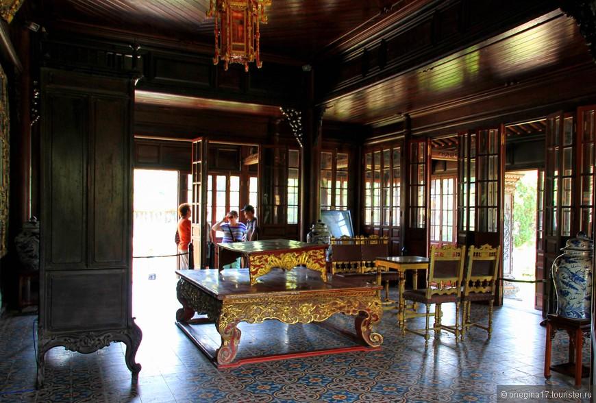 Внутри одного из дворцов. Очень хорошо продумана система вентиляции, все обращали внимание на этот момент.