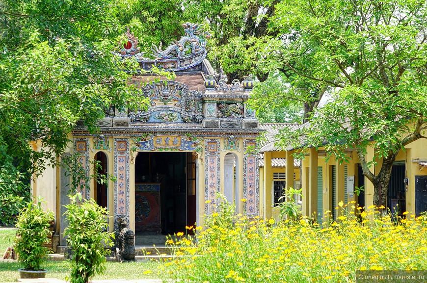 Императорская цитадель не напрасно считается главной достопримечательностью Хюэ. И если в запасе есть один день, его надо провести именно в цитадели!