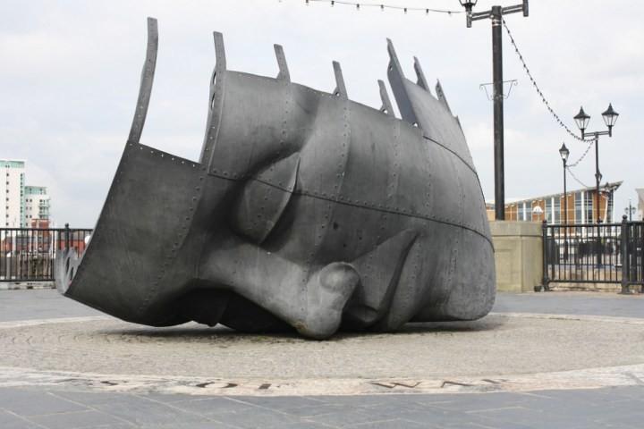 Памятник погибшим морякам торгового флота. С одной стороны - рассеченный корпус торгового судна, а с другой - лицо человека с закрытыми глазами. Очень впечатляет