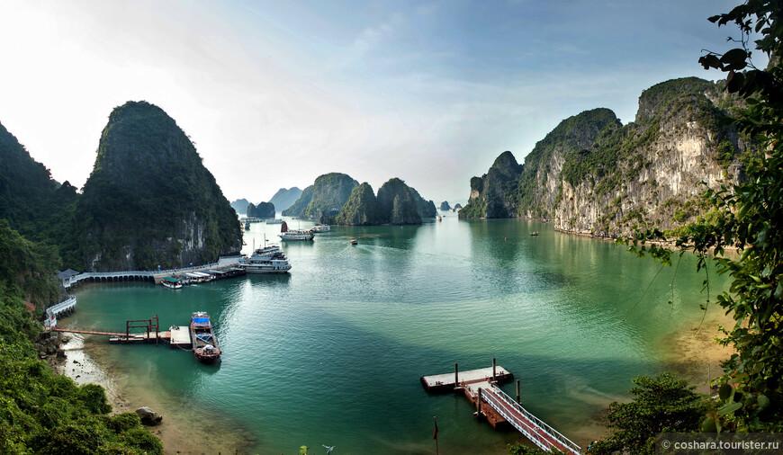 Вход в Хан Сунг Сот расположен высоко над заливом. С небольшой смотровой площадки открывается неплохой вид на залив.