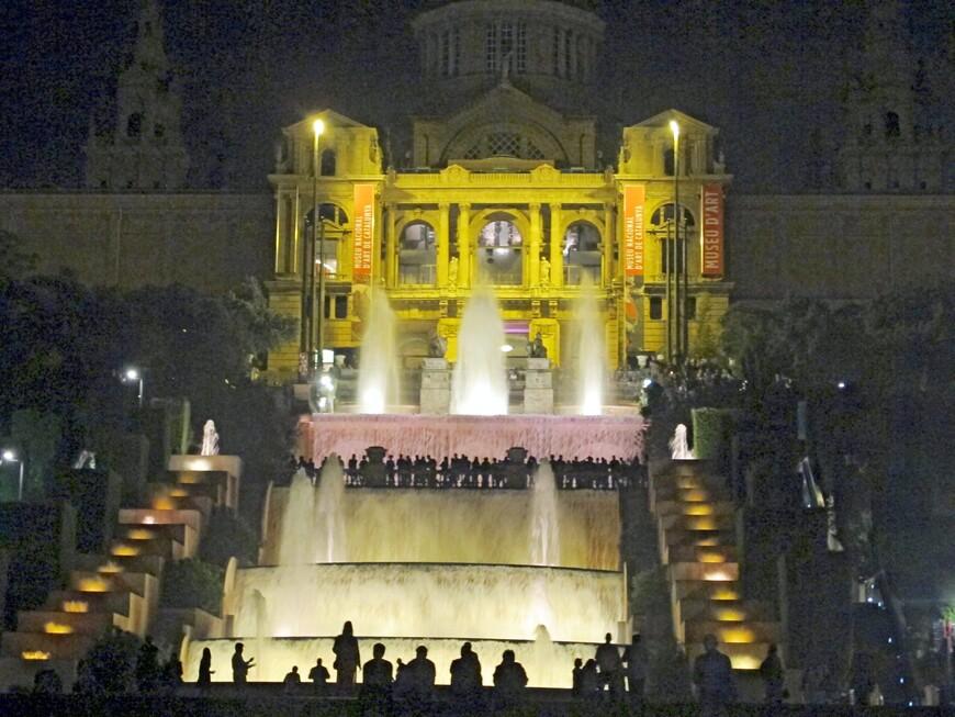 Национальный дворец вечером