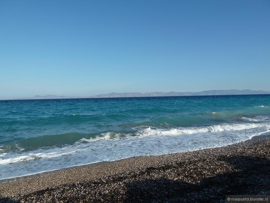 Остров Родос омывается двумя морями: Эгейским и Средиземным. Это Средиземное, оно было более беспокойное и холодное, чем Эгейское. А на горизонте мы видим берега Турции.
