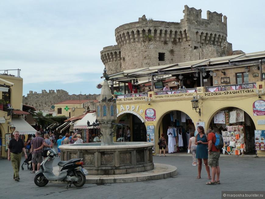 На площади множество кафе и фонтанчик.