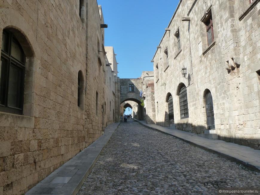 Улица Рыцарей, самая широкая улица в старом городе, которая ведет прямиком во Дворец Великого Магистра.