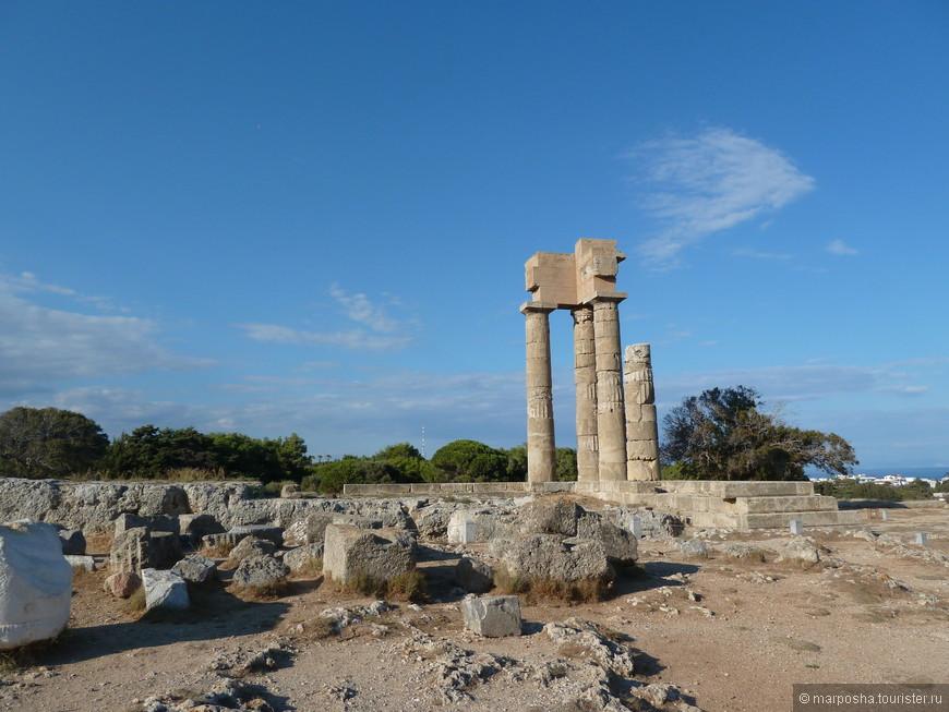 А это остатки акрополя города Родос. Акрополь - это так называемый верхний город, расположенный на возвышенности, обычно в Греции там строили храмы.  Все что осталось от этого храма это парочка колонн.