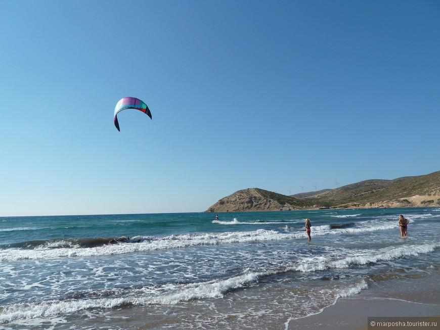 На берегу Средиземного моря тусят виндсерферы.