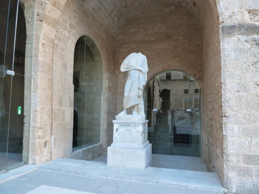 Внутри Дворец Великого Магистра удивляет безголовыми статуями (хотя с головами там тоже есть)...