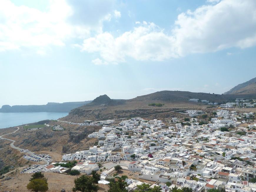 Вид с акрополя на город Линдос. Вот они, греческие белые домики!
